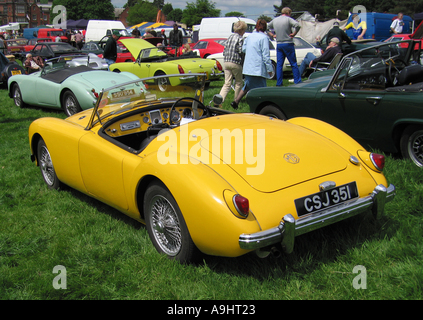 MGA Roadster an der Classic Car Show Capesthorne Hall in Cheshire England vereint Hostessen UK - Stockfoto