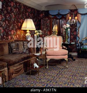 Braun samt Couch und rosa Sessel in achtziger Jahre Wohnzimmer mit ...