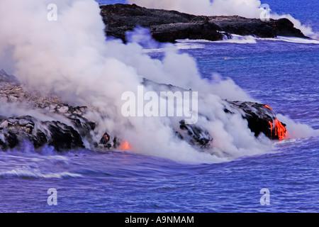 Bild der geschmolzene Lava fließt den Berg hinunter und ins Meer während Dampf steigt rund um Hawaii Volcanoes National - Stockfoto