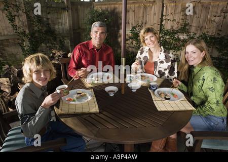 Porträt einer Familie gemeinsam Sushi Essen - Stockfoto