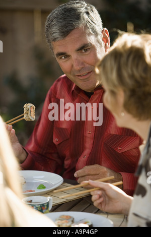 Älteres paar Sushi-Essen - Stockfoto