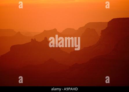 Grand Canyon National Park, South Rim, Arizona, USA - Sonnenuntergang Silhouette und dramatische orangefarbenen - Stockfoto