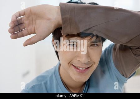Junger Mann stützte sich auf Glas