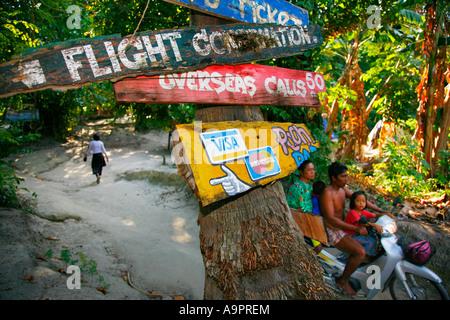 Örtlichen Beschilderung mit Familie auf Motorrad, (Koh) Ko Lipe, Andamanensee, Thailand - Stockfoto