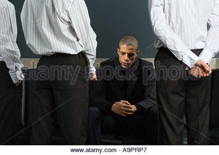 Mann mit Kollegen stehen um ihn herum - Stockfoto