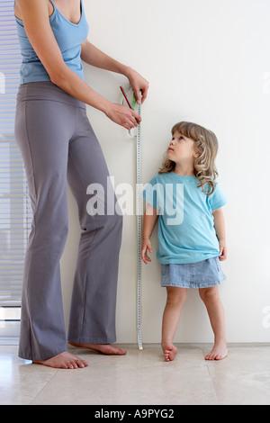 Messung der Höhe der Töchter Mutter - Stockfoto