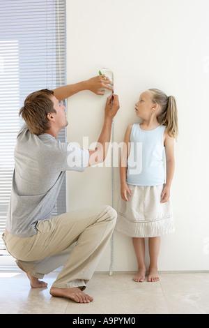 Vater Mess Töchter Höhe - Stockfoto
