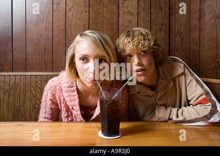 Teenager Paar teilen ein alkoholfreies Getränk - Stockfoto