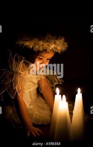 Kopf und Schultern Porträt eines jungen Mädchens bei Kerzenschein - Stockfoto