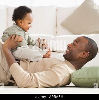 Vater mit Baby spielen, Erdgeschoss - Stockfoto