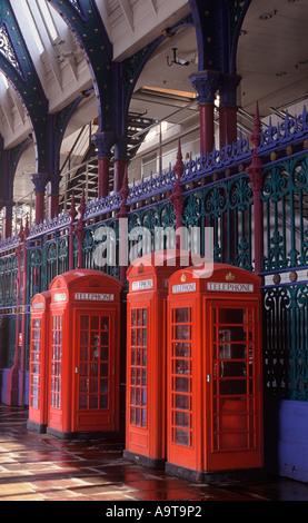 Klassische rote britische öffentliche Telefonzellen stehend an der Grand Avenue unter Bögen der Smithfield Market, - Stockfoto