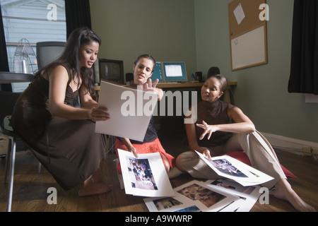 Unternehmerinnen, die im Büro arbeiten - Stockfoto