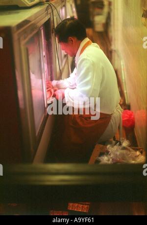 China Town ein bisschen vor der Morgendämmerung ein Mann seine kleine Dim-Sum-Restaurant einrichten - Stockfoto