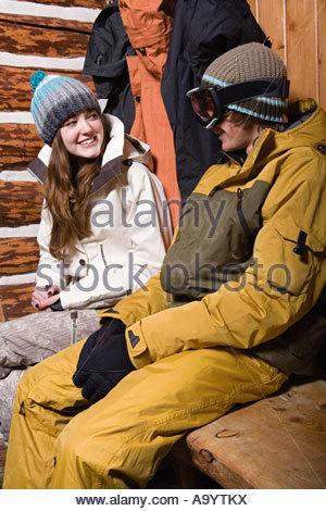 Junges Paar in Skibekleidung - Stockfoto
