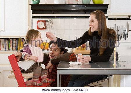 Eltern Baby füttern - Stockfoto