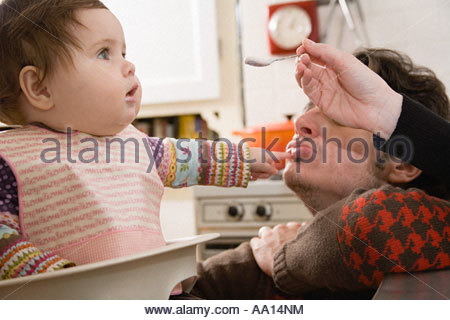 Baby füttern - Stockfoto