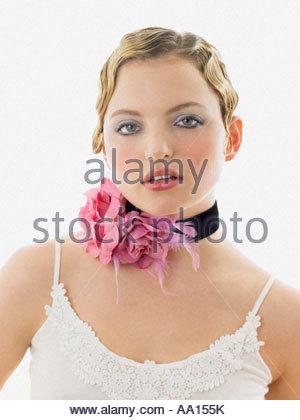 Junge Frau trägt ein Halsband - Stockfoto