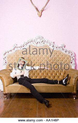 Junger Mann mit einem Bilderrahmen - Stockfoto
