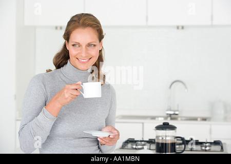 Frau mit Kaffee - Stockfoto