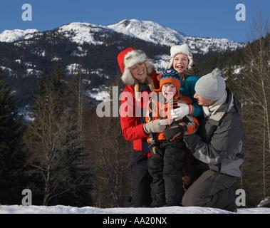 Familie draußen im Winter - Stockfoto