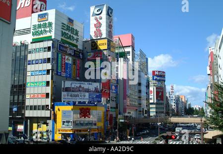 Stadtansicht, Sendai. Gerade Blick auf Gewerbegebiet, Werbetafeln und farbige Schilder mit Blick auf Hauptstraße. - Stockfoto
