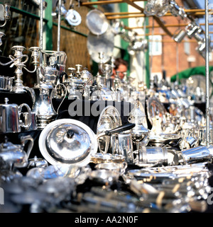 Ein Besteck-Stall in der Portobello Road Market West London UK KATHY DEWITT - Stockfoto