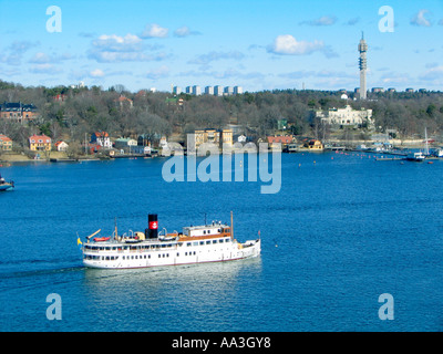Ein Fahrgastschiff verlässt die Schären und Inseln von Stockholms Schären Schweden Stockholm - Stockfoto