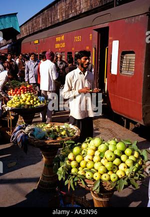 Indien-Transport Obst Verkäufer am ländlichen Bahnhof - Stockfoto