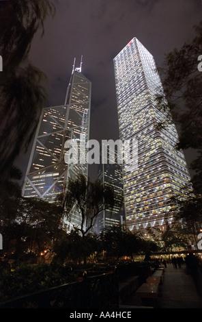 Ein Blick hinauf in die Bank of China Tower in der Nacht - Stockfoto