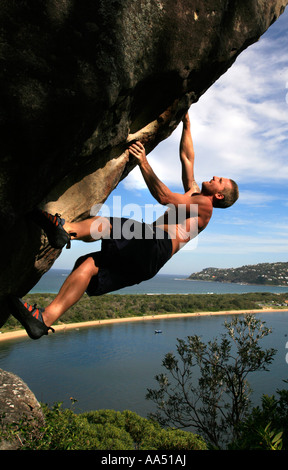 Ein Kletterer macht einen frei klettern Aufstieg über Palm Beach Pittwater Sydney Australia - Stockfoto