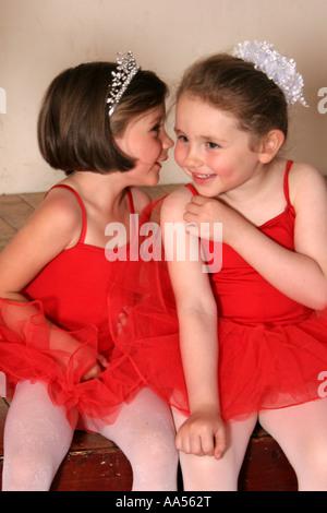 Ein paar junge Tänzerinnen Flüstern miteinander auf der Bühne. - Stockfoto