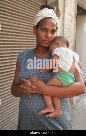 Afro Cuban Frau hält ihr Baby in Havanna Kuba - Stockfoto