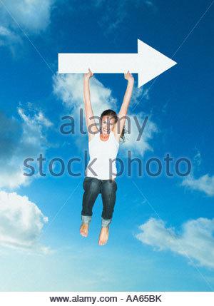 Frau mit leeren Pfeil springen im freien - Stockfoto