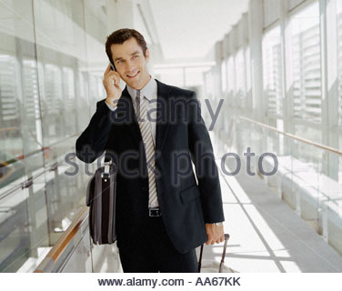 Männlichen Geschäftsreisenden reden über Handy - Stockfoto