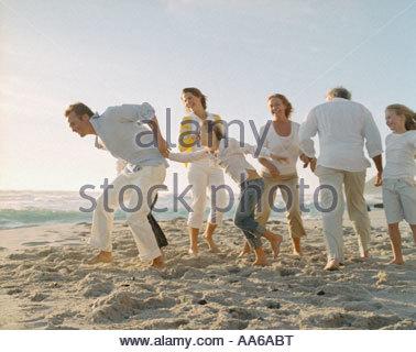 Familie von sieben Spielen am Strand - Stockfoto