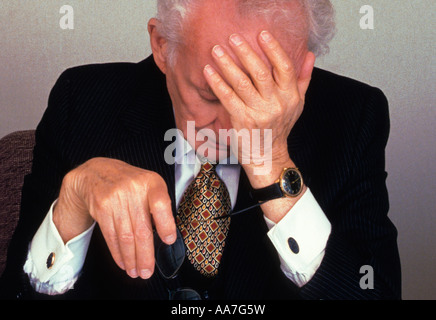 USA New York ältere entmutigt müde Geschäftsmann im Büro mit der Hand an den Kopf - Stockfoto