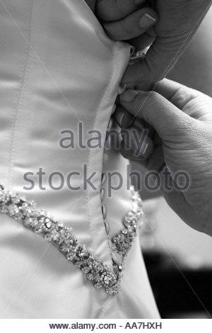 Person knöpfte Hochzeitskleid - Stockfoto