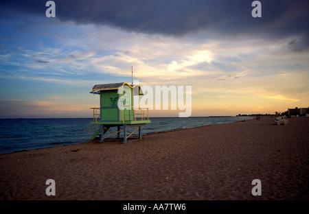 Einsame Rettungsschwimmer Stand bei Sonnenuntergang, South Beach, Miami, USA - Stockfoto