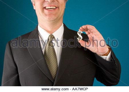 Lächelnd hält goldenen Dollarzeichen Geschäftsmann - Stockfoto