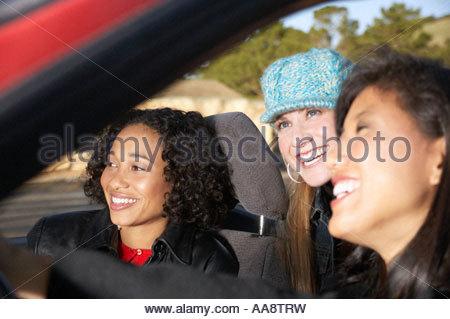 Frauen sitzen im Cabrio - Stockfoto