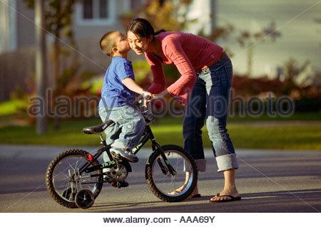 Sohn Mutter küssen Fahrrad - Stockfoto