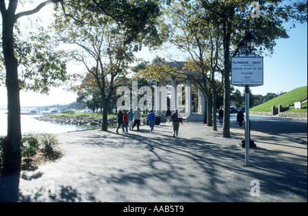 Touristen, die zu Fuß in Richtung Heimat der Plymouth Rock.Plymouth New England Massachusetts USA - Stockfoto