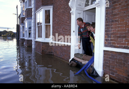Familie im überfluteten Haus-Look aus der Haustür auf der überfluteten Straße Upton auf Severn Worcestershire England - Stockfoto