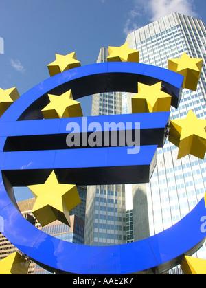 Frankfurt bin Main die Euro-Denkmal vor das Hochhaus der Europäischen Zentralbank EZB - Stockfoto