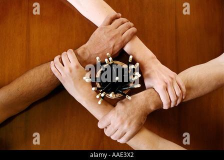 Vier Arme an den Handgelenken mit einem Bleistift zusammen gesperrt - Stockfoto