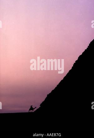 Ägypten. Die Pyramiden von Gizeh. Silhouette bei Mykerinos-Pyramide bei Sonnenuntergang.  Nahaufnahme mit Reiter - Stockfoto