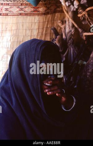 Algeria.Near Tamanrasset Tuareg Frau Gesicht verziert mit Henna ein seltenes Foto als schwierig zu fotografieren - Stockfoto