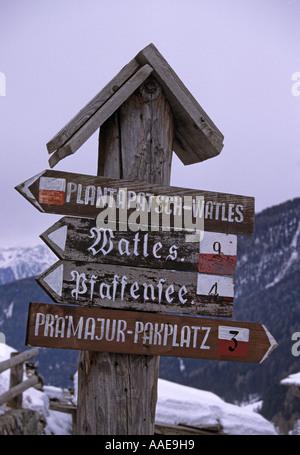 Richtungen Zeichen in deutscher Sprache in Slingia Val Venosta Süd Tirol-Südtirol-Italien - Stockfoto