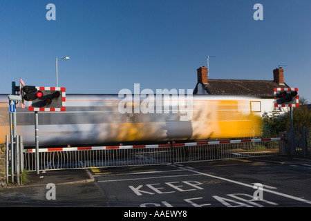 Zug über unbemannte Merseyrail Kreuzung Southport Eisenbahnerstadt, Merseyside, UK - Stockfoto