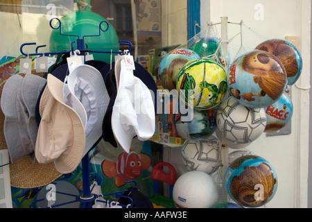 Luftballons und Hutgeschäft an der französischen Küste - Stockfoto